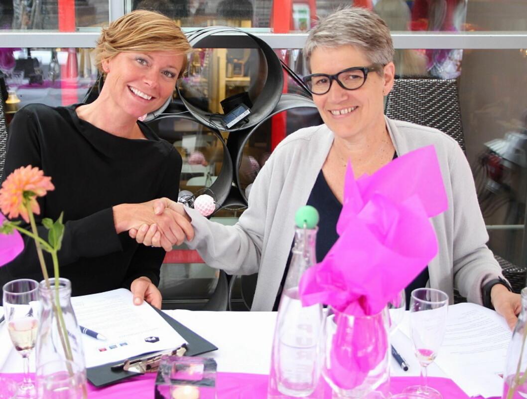 Fra signering av avtalen. Til venstre: HR-direktør i Nordic Choice Hotels Tone Odvold Ålhus, til høyre hotellsjef på PS:hotell Randi Kvissel Haugen. (Foto: Mathilde Vik Magnussen)