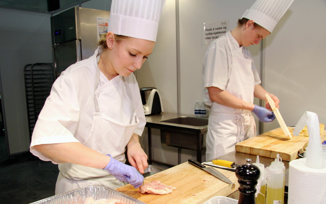 Lene Kjøde (nærmest) er en av finalistene i NM i kokkekunst. Her er hun i aksjon under Årets Masahirokokk på Smak 2014. (Foto: Morten Holt)