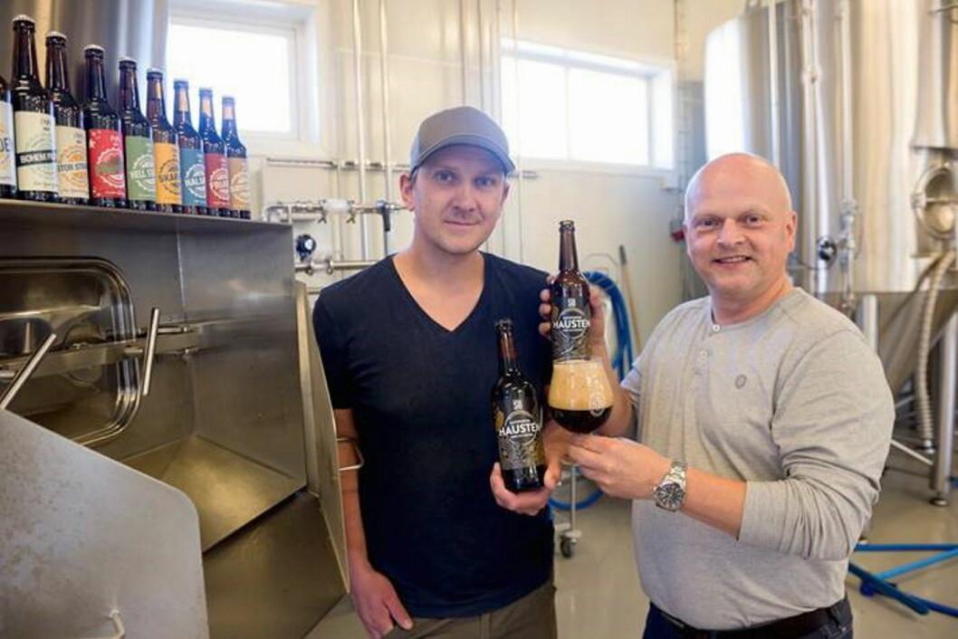 Bryggerimester Mikael K. Slettedal (til venstre) og gründer Halvard Andresen i Stjørdalsbryggeriet, som i dag har fått gull for sitt øl Hausten i Nordic Beer Challenge. (Foto: Stjørdalsbryggeriet)