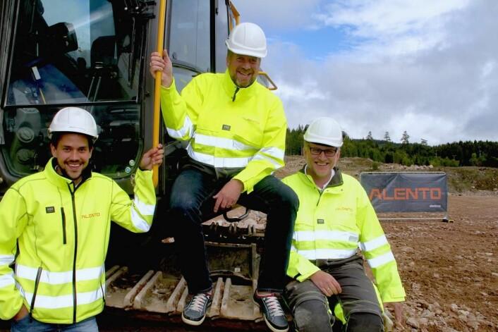 Etter at 250 000 kubikk med fjell er fjernet på tomta på Liertoppen utenfor Drammen kan anleggsleder Simen Herregården Thrygg (t.v.), daglig leder Kristian Lindland og produksjonsleder Kåre Ranvik i Alento starte byggearbeidene på Caters nye felles sentrallager.