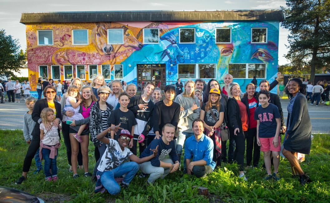 I en uke har ungdommene og kunstneren jobbet sammen for å skape det fargerike kunstverket og onsdag i forrige uke var det offisiell åpning og avduking av veggmaleriet.