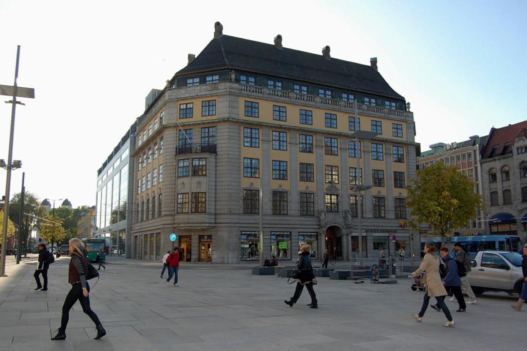 Jernbanetorget 2, sentralt i Oslo, blir nå hotell i regi Petter A. Stordalen. (Foto: Digitaltmuseum.no)