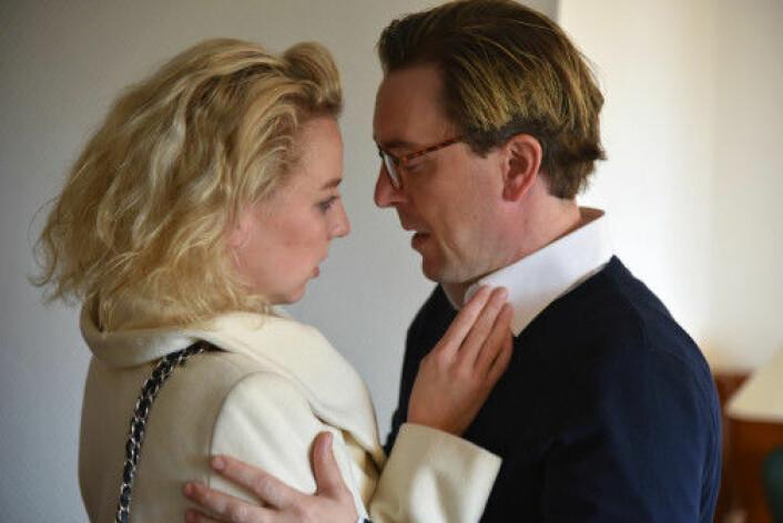 Stine Robin Berg Hansen (til venstre) og Kristoffer Sagmo Aalberg i forestillingen «Vinter». (Foto: Ole Friele jr.)