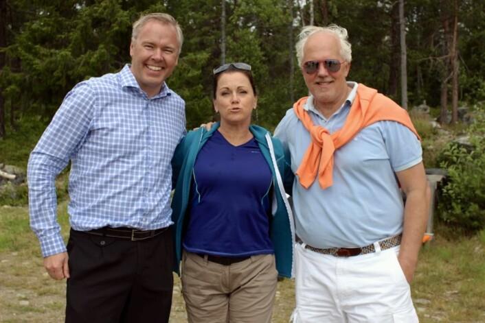 To sentrale skikkelser på Beitostølen, som jubler over den sterke trafikkveksten; direktør Atle Hovi (t.v) og PR-strateg Bjørn B Jacobsen i DestinasjonsKirurgene; tospannet som jobber tett sammen om nye ideér, innovasjon, produktutvikling, PR, og markedsføring av Fjellandsbyen. Her sammen med Hilde Lyrån, som i likhet med de fleste stortrivdes på Beitostølen, da hun var der nesten hele juli med en stor norsk filmproduksjon, i forbindelse med en ny spillefilm som har premiere til våren. (Foto: DestinasjonsKirurgene)