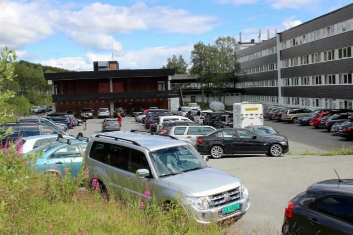 Et illustrerende bilde av trafikkveksten til Beitostølen, med smekkfull parkering på den store P-plassen på baksiden av Radisson Blu Beitostølen. (Foto: DestinasjonsKirurgene)