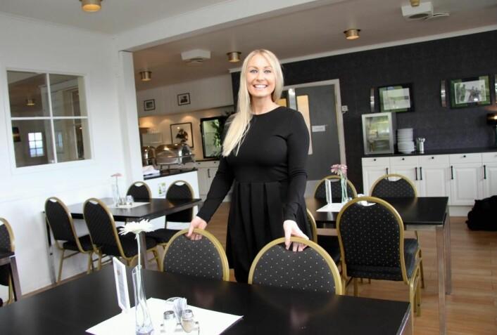 <em>Hotelldirektør Marlene Storeng Pedersen i restauranten på hotellet i Narvik. (Foto: Morten Holt)</em>