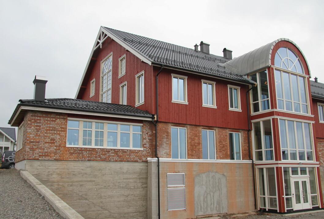 Den ombygde låven huser nå en moderne konferansegård med kjøkken og 15 soverom. (Foto: Morten Holt)