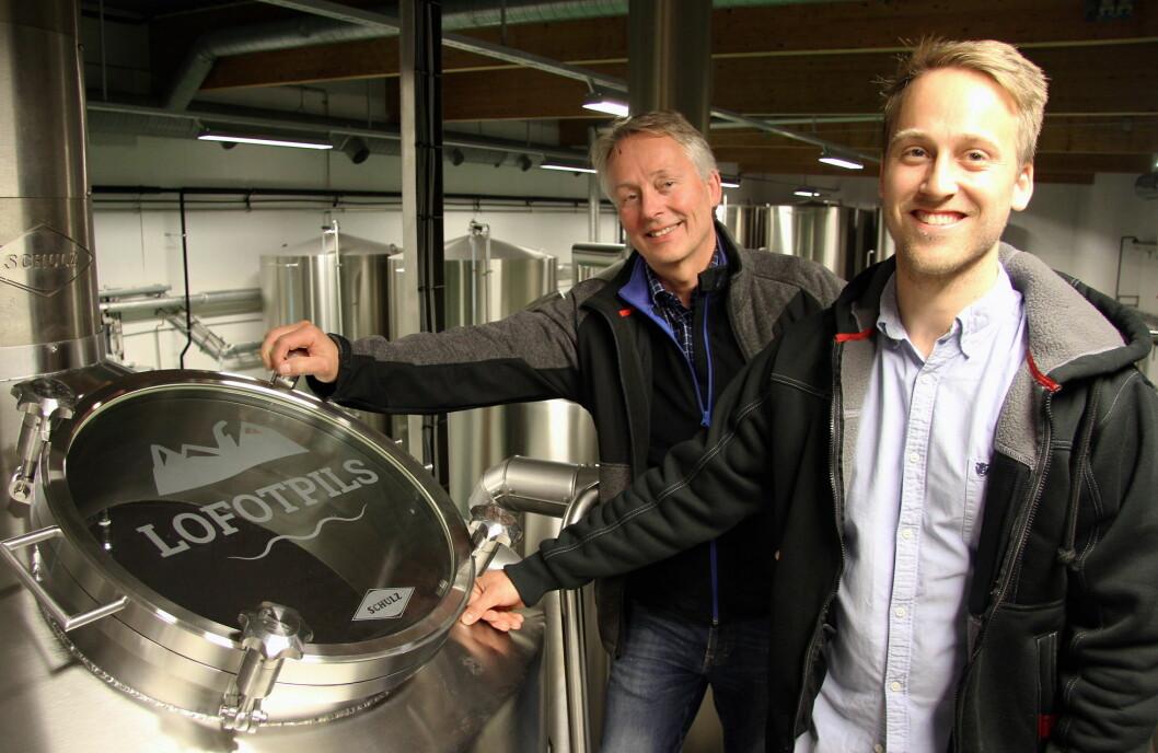 Det er investert 22 millioner kroner i tysk bryggerutstyr hos Lofotpils. Her gründer Thorvardur Gunnlaugsson sammen med sønnen og daglig leder Andreas Thorvardarson. (Foto: Morten Holt)