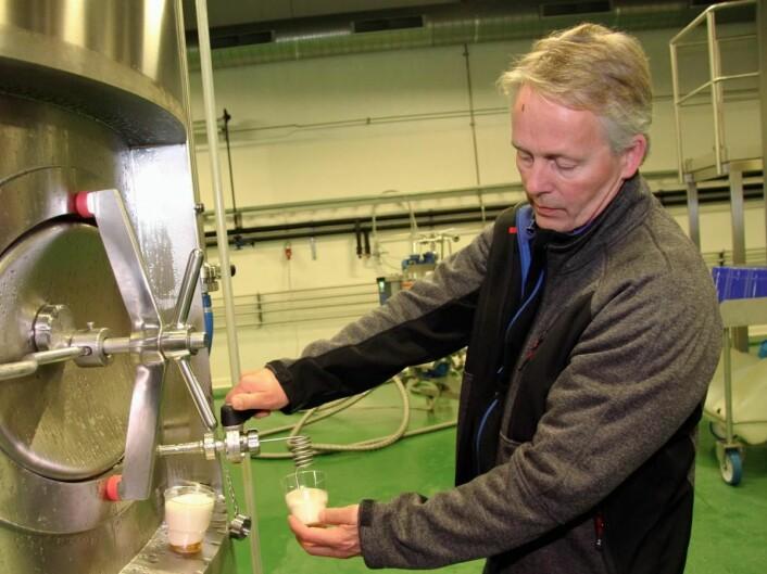 <em>Thorvardur Gunnlaugsson serverer en liten prøvesmak. (Foto: Morten Holt)</em>