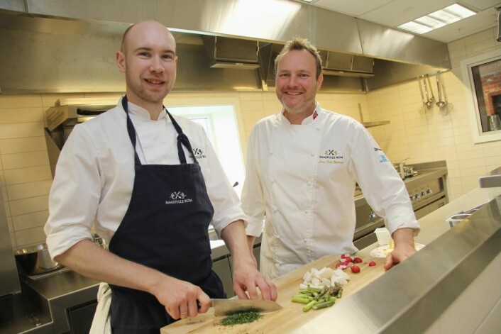 <em>Det satses mye på serveringen hos Smakfulle Rom. Her kokk Roar Bergheim (til venstre, med bakgrunn fra blant annet Feinchmecker) sammen med kjøkkensjef Lar Erik Undrum. (Foto: Morten Holt)</em>