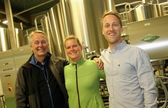 <em>I Lofotpils sine lokaler i Svolvær. Fra venstre gründer Thorvardur Gunnlaugsson, bryggerinne Claudia Hasenbein (brygger Clemens Neumanns kone) og daglig leder Andreas Thorvardarson. (Foto: Morten Holt)</em>