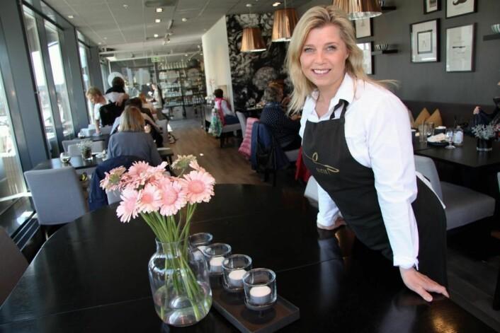 <em>– Vi har åpent bare på dagtid, og satset spesielt på lunsj i serveringen, forteller Siri Tømte. Det er 50 sitteplasser inne og 40 ute. (Foto: Morten Holt)</em>