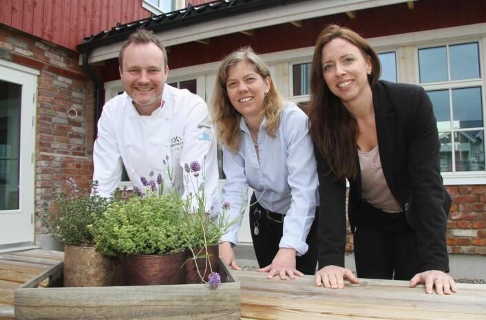 Kjøkkensjef Lars Erik Undrum, eier Stine Kirkeby og markedssjef Hege Kvervavik utenfor den ombygde låven på Asak Søndre i Sørum. (Foto: Morten Holt)