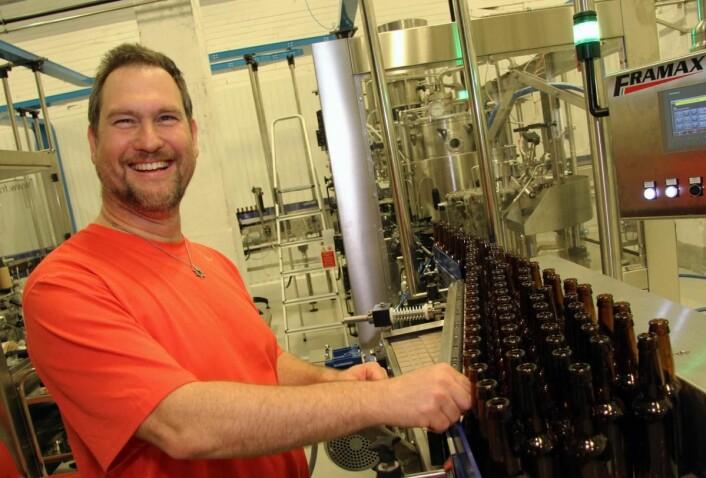 <em>Ingenting overlates til tilfeldighetene når Lofotpils' bryggerimester Clemens Neumann produserer øl i Svolvær. (Foto: Morten Holt)</em>