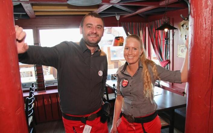 <em>Bojan Mrdak fra Montenegro og Louise Thomasson fra Sverige i serveringen er representanter for den internasjonale arbeidsstokken i bedriften. (Foto: Morten Holt)</em>