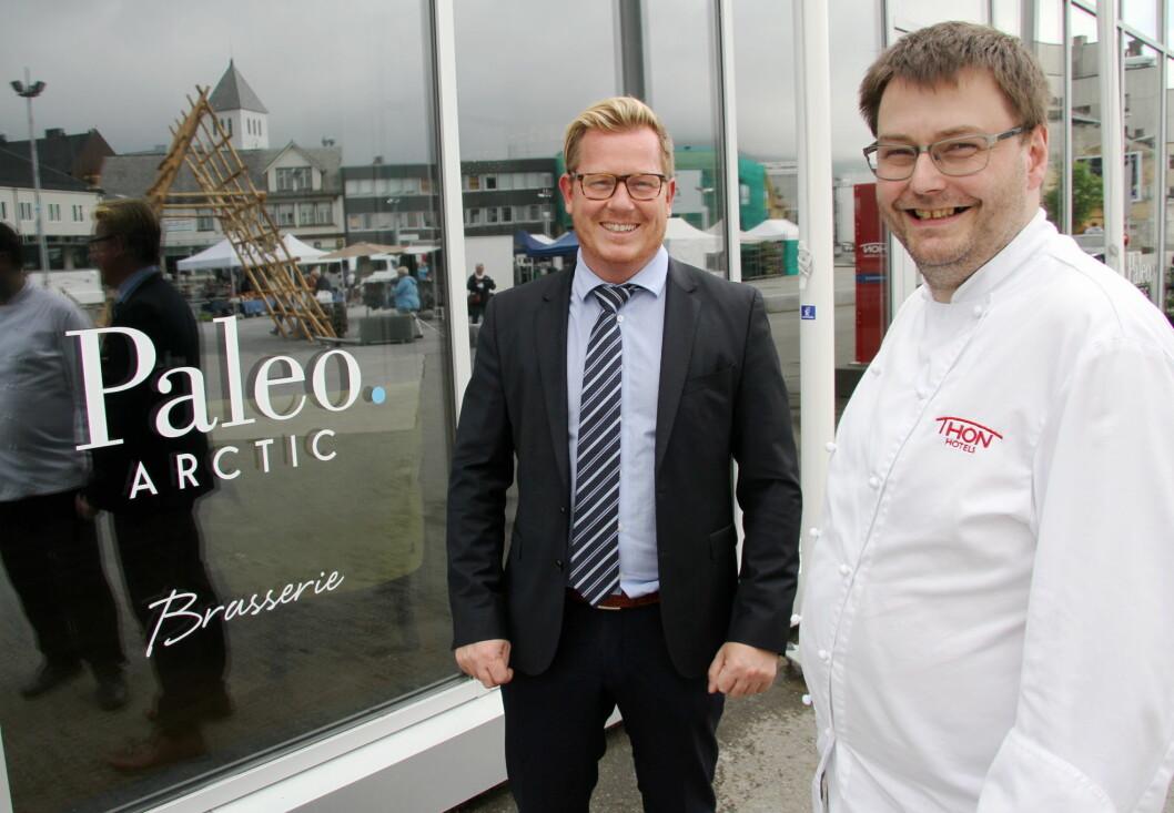 Hotelldirektør Erik Taraldsen og kjøkkensjef Stian Haugnes på Thon Hotel Lofoten. (Foto: Morten Holt)