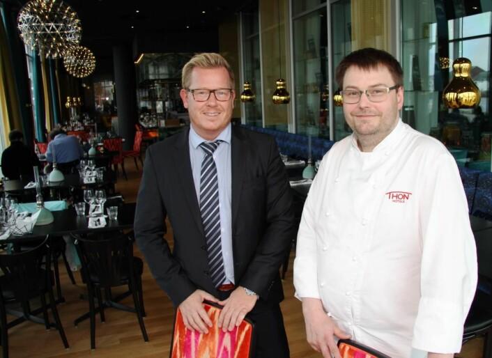 Hotelldirektør Erik Taraldsen og kjøkkensjef Stian Haugnes inne i Paleo Arctic, der frokosten serveres. (Foto: Morten Holt)