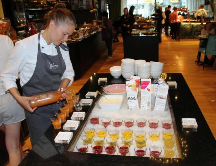 Julia Hansen tilbereder shots til frokosten i restauranten Paleo Arctic på Thon Hotel Lofoten. (Foto: Morten Holt)