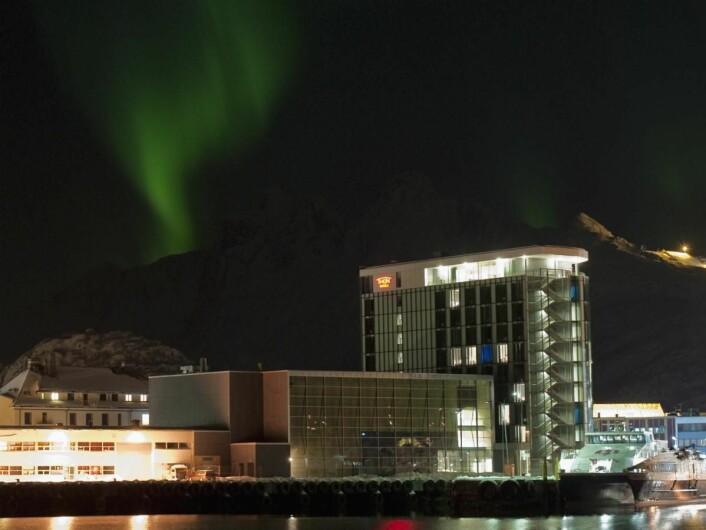 Thon Hotel Lofoten i nordlys. (Foto: Hotellet)