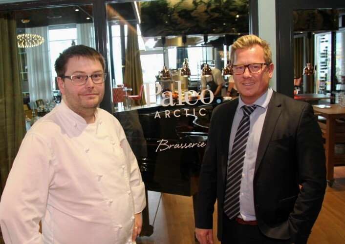 Stian Haugnes (til venstre) og Erik Taraldsen byr på opplevelsesbanketter på hotellet. (Foto: Morten Holt)