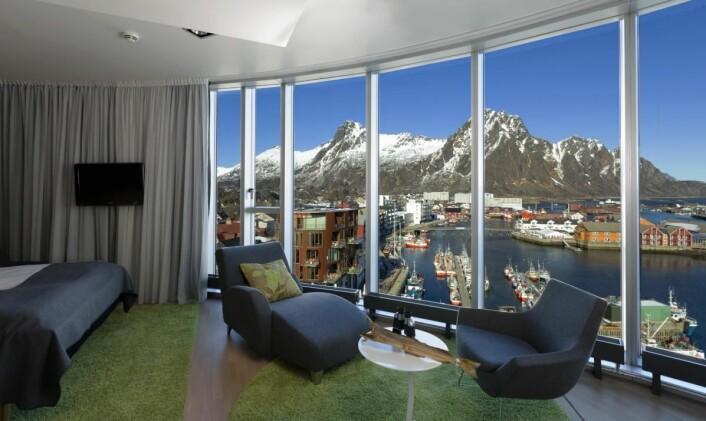 Fra rommene på Thon Hotel Lofoten har du fin utsikt over Svolvær og fjellene omkring. (Foto: Espen Mortensen)