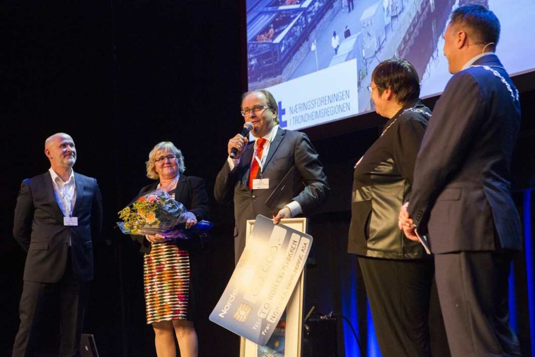 På næringslivskonferansen Manifestasjon Restauratør Roar Hildonen mottar prisen Årets bedrift 2016, som deles ut av Nordea og Næringsforeningen i Trondheimsregionen.