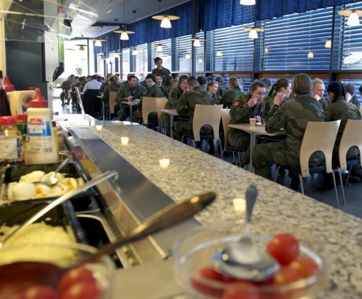 Det serveres 40 000 måltider daglig i Forsvaret. Da er det viktig å legge tol rette for sunne matvalg, mener vinneren av Matomsorgsprisen 2016, Pål H. Stenberg. (Foto: Forsvaret)