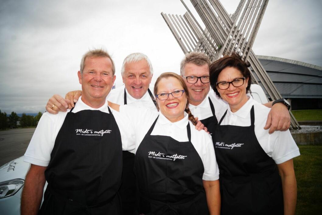 Ønsker velkommen til «Midt i matfatet». Fra venstre Lars Røste, Viggo Sundmoen, Sonja Gussiås Viken, Knut Sveen og Monica Blikstad. (Foto: Midt i matfatet)