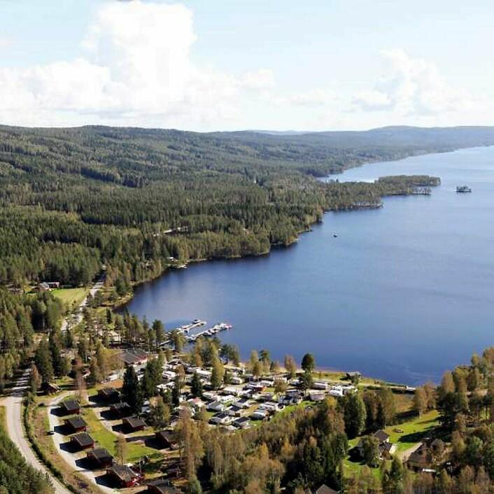Finnskogen Turist- og Villmarksenter ligger i Skasenden helt i nordenden av innsjøen Skasen i Hedmark. (Foto: Finnskogen Turist- og Villmarksenter)
