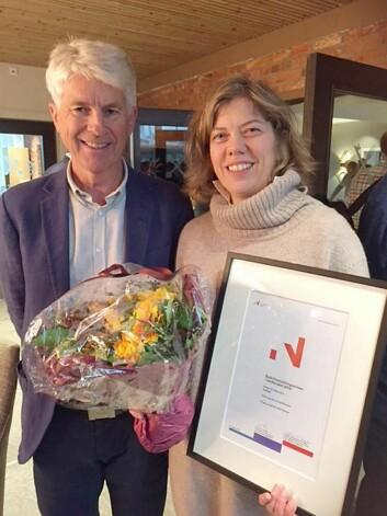 Stine Kirkeby mottok prisen sammen med sin mann Hans-Ove. Her med juryleder Per Annar Lilleng i Innovasjon Norge. (Foto: Innovasjon Norge)