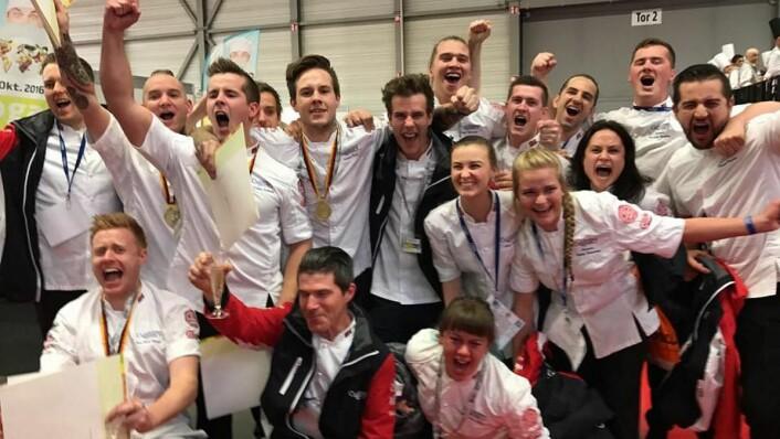 Jubel i den norske leiren etter gullmedalje i kaldmat i OL i Erfurt i dag. (Foto: Jørn Lie)