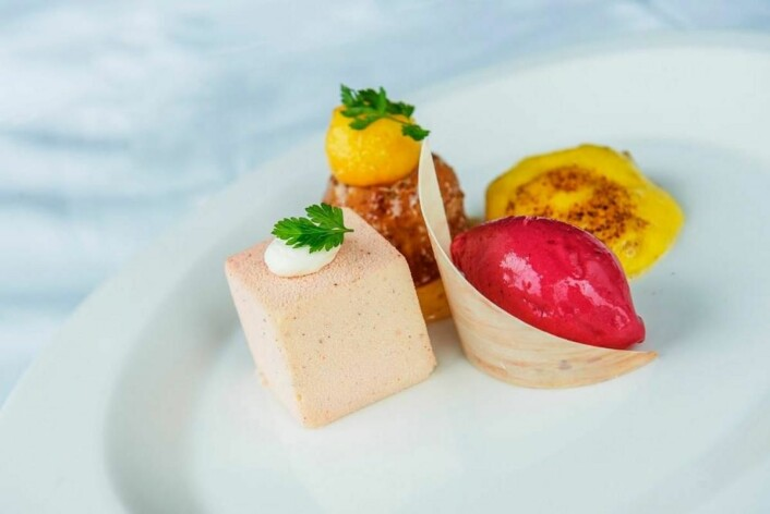Hvit sjokolademousse med fersken, lun mandelkake, capovilla, sabayonne og rød ferskensorbet. (Foto: NKL)