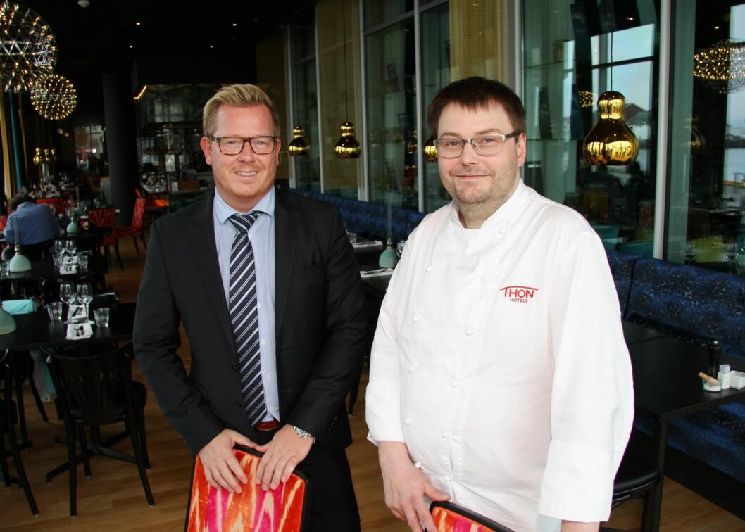 Enda en pris til Thon Hotel Lofoten. Til venstre hotelldirektør Erik Taraldsen og til høyre kjøkkensjef Stian Haugnes. (Foto: Morten Holt)