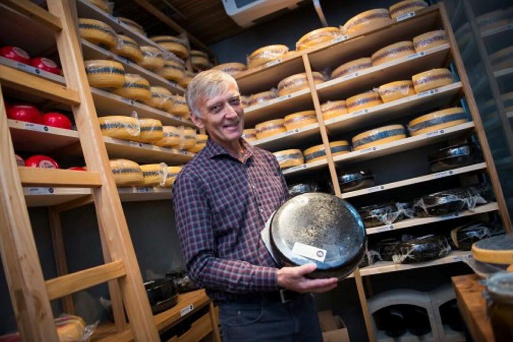 – Osteproduksjon er minst like komplisert som å lage vin og faget fortjener samme status, mener en av Norges fremste osteeksperter, Rolf Heskestad hos Tine. Her i Ostebanken i Oslo.