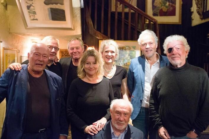 Blant kulturpersonlighetene som møtte opp for å feire Lorry Akevitt var (bak, fra venstre) Nils Ole Oftebro, Jo Skjønberg , Bjørn Floberg, Turid Øversveen, Pia Fladseth (datter av kunstneren Trond Fladseth, hvis maleri pryder akevittens etikett), Tommy Sørbø og Odd Karsten Tveit. Foran Espen Skjønberg. (Foto:<u> </u>Nicolai Bauer)