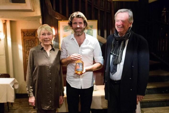 Nicolai Bauer har sammen med broren Karl-Axel overtatt driften av Lorry etter sin far Karl-Otto (til høyre). Nylig kunne de feire at Lorry nå også har fått sin egen akevitt. (Foto: Lorry)