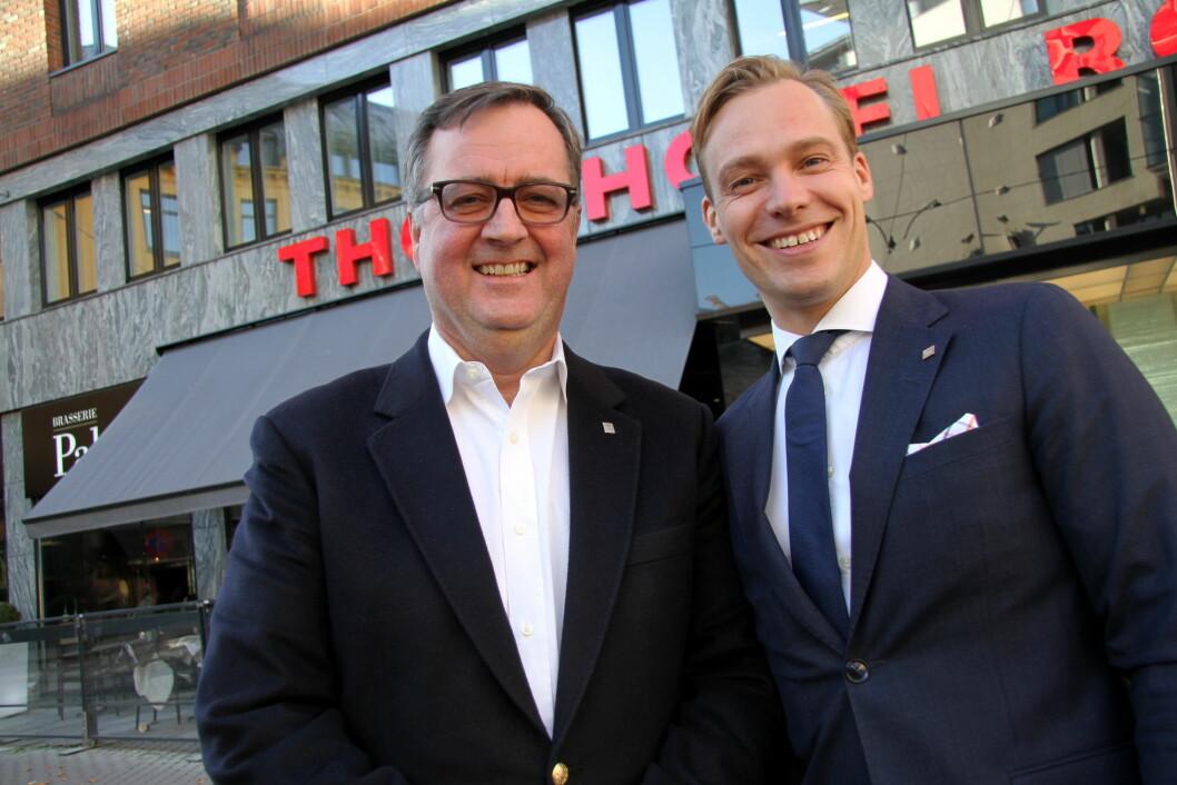 Nyoppussede Thon Hotel Rosenkrantz Oslo er blant Thon-hotellene som får positive anmeldelser. Her konserndirektør for Thon Hotels, Morten Thorvaldsen (til venstre) og hotelldirektør på Thon Hotel Rosenkrantz, Lars Petter Mathisen. (Foto: Morten Holt)