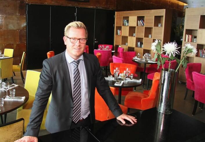Hotelldirektør på Thon Hotel Lofoten, Erik Taraldsen, i fargerike omgivelser. (Foto: Morten Holt)