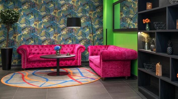 – Jeg er ikke i tvil om at farger skaper glede. Gjester skal stråle opp når de opplever Thon Hotels nye design, sier designansvarlig i Olav Thon Gruppen, Sissel Berdal Haga. (Foto: Thon Hotels)