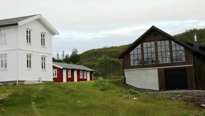 Senja Matstudio sett fra sjøen. (Foto: Morten Holt)