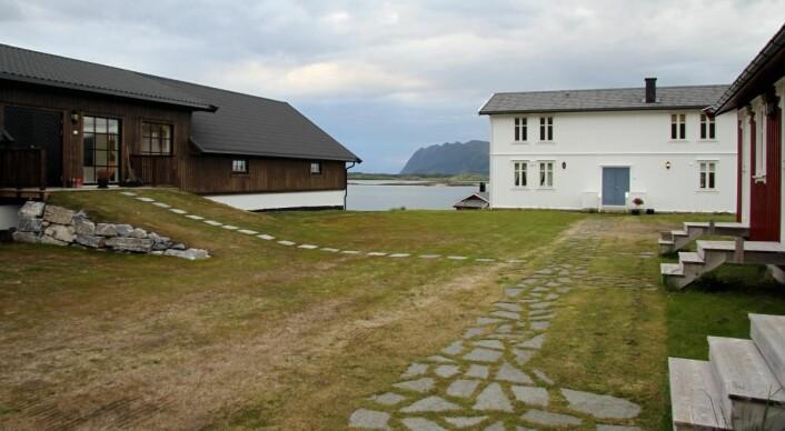 <em>Gårdstunet på Senja Matstudio. Fra venstre matstudioet, boligen og overnattingsbygget. (Foto: Morten Holt)</em>