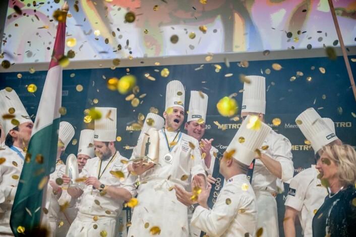Ungarsk jubel på hjemmebane i Budapest tidligere i år. Christopher W. Davidsen (til venstre) kapret sølvmedaljen, og forbereder seg nå for den store verdensfinalen av Bocuse d'Or i Lyon i januar.