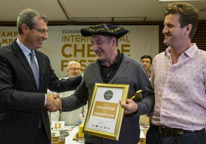 Ingulf Galåen tok på vegne av Tingvollost imot prisen - der Kraftkar ble kåret til den beste av alle ostene som har vunnet World Cheese Awards gjennom tidene.