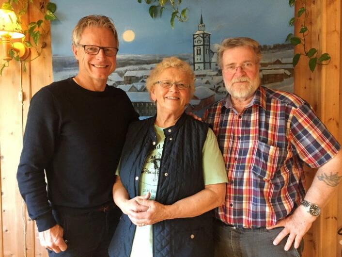 Regiondirektør for NHO Innlandet, Åge Skinstad, sammen med Tone og Rolf Eriksen, som driver Femund Fjellstue. (Foto: Linn Alicia Slora Kristiansen)