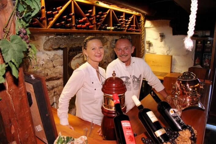 Alice og Rolf Trulsen i den gamle vinkjelleren på Sandtorgholmen. (Foto: Morten Holt)