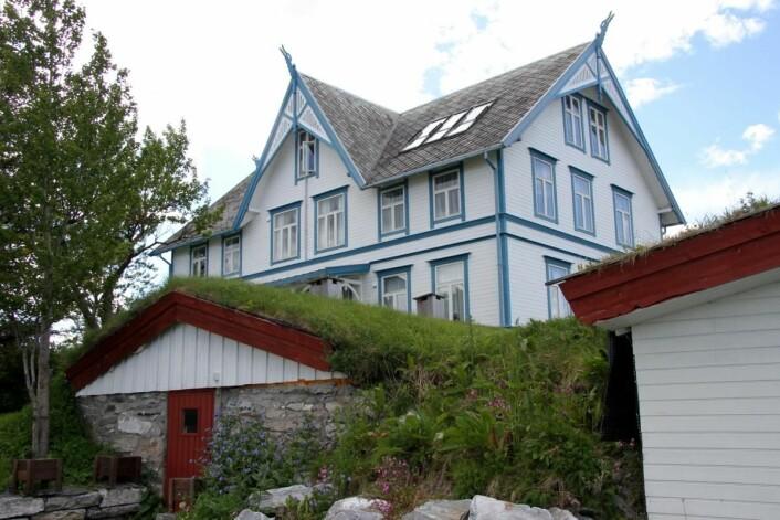 Vinkjelleren med hovedhuset i bakgrunnen. (Foto: Morten Holt)
