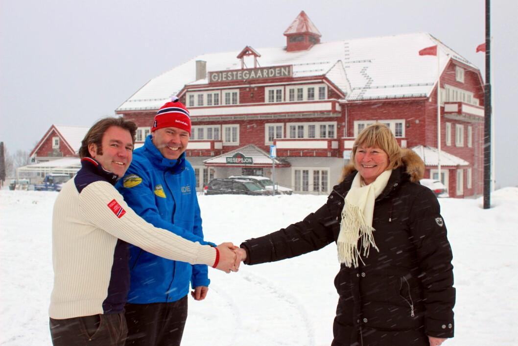 Kjøperne Bjørnar og Atle Hovi fra Beitostølen Resort, takker Anne Tveter fra Bakkeguten AS, for god eiendomshandel, med Gjestegaarden i bakgrunnen. (Foto: DestinasjonsKirurgene)