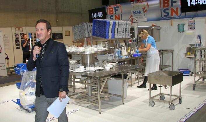 <em>Fra NM i maskinoppvask på Smak 2014. Bak vinneren Unni Clausen, og foran konferansier Thomas Leikvoll. Han skal også lede arrangementet i 2017. (Foto: Morten Holt)</em>