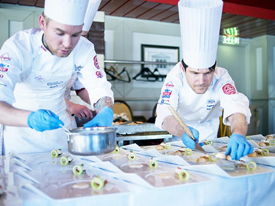 Kapteinen på det norske kokkelandslaget, Alexander Østli Berg, er en av tre kokker som skal representere Norge i Nordic Chefs team Challenge, som arrangeres på Smak 2017. Her med landslagenes manager Jostein Medhus. (Foto: NKL)