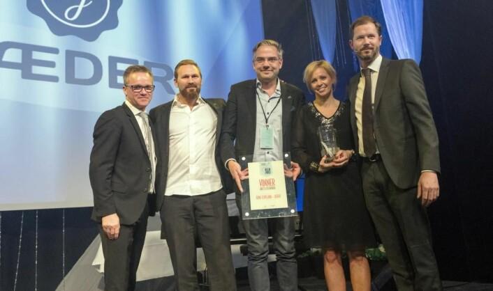 Prisen Årets utfordrer, som er ny av året, gikk til Ådne Espeland-Jæder. Fra venstre Harald Alveid, Odd Arne Tjåland, Knut Kvarme, Guro Espeland og Jonas W. Andersen. (Foto: Sjo & Floyd)